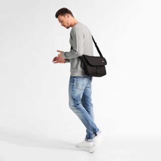"""Eastpak Buckler sac pour Pc portable 12"""" 008 Black porté"""