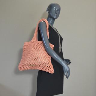 Le tote bag en crochet et cuir de vachette signé Biba.  Une ligne fraîche et naturelle pour un été so natural !