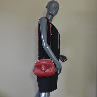 Mila Louise Poe Vinci Sac Vintage de Soirée Fermoir Boules Rouge Foncé porté