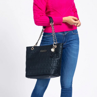 Guess Brinkley Sac Shopping Surpiqué Black porté